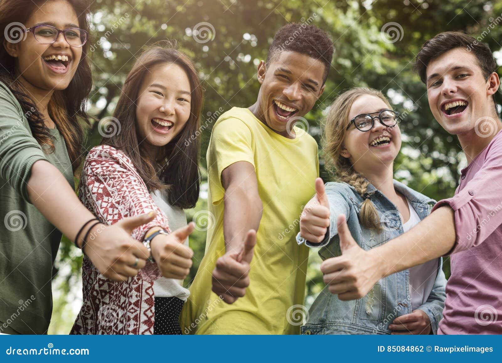 不同的小组青年人赞许概念
