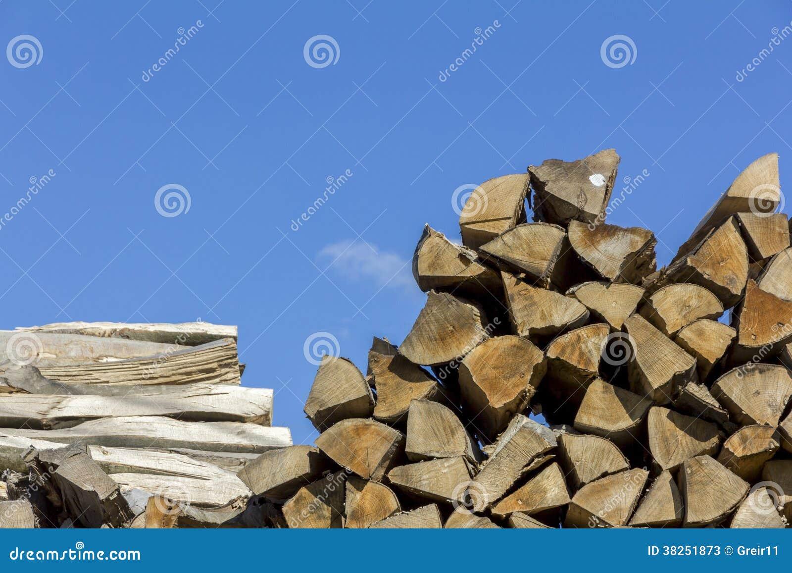 不同的形状、大小和种类木头日志和板