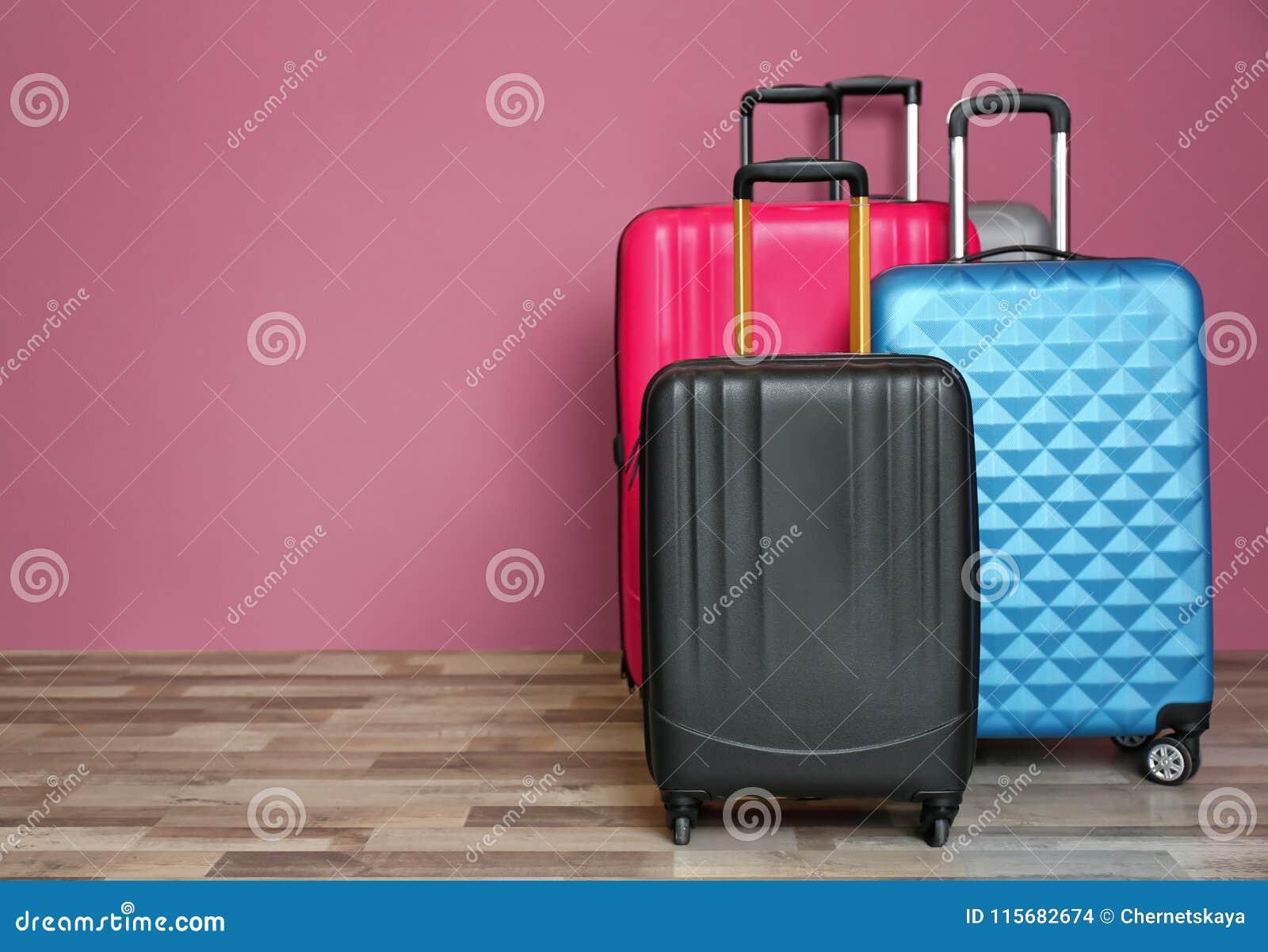 不同的手提箱临近墙壁