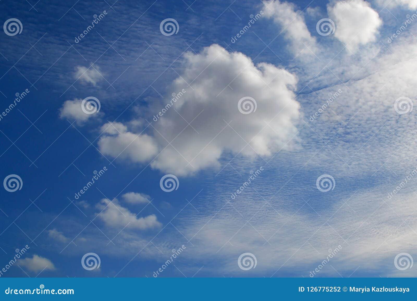 不同的类型很多白色云彩:积云,触毛,在蓝天分层了堆积高