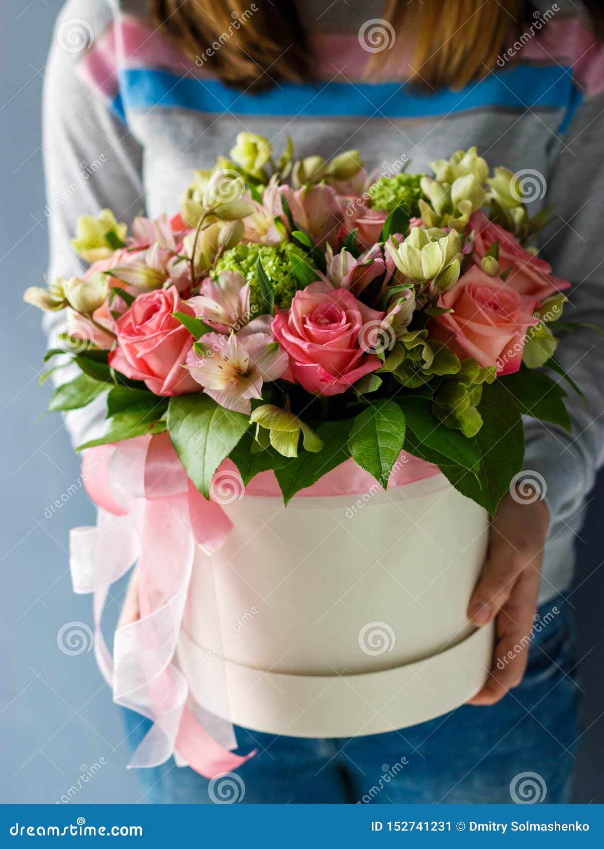 不同的花豪华花束在帽子箱子的