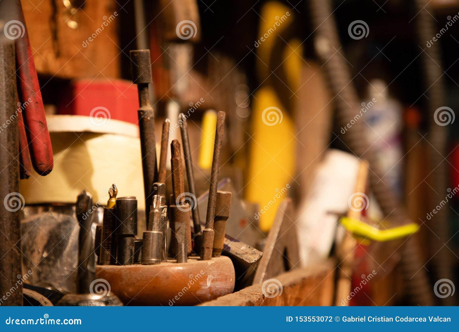 不同的螺丝刀和其他工具在车库
