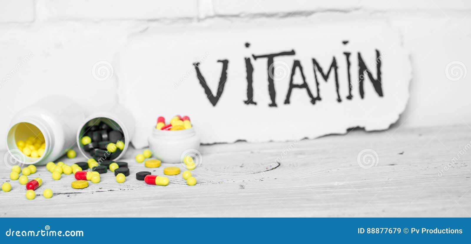不同的颜色药片维生素