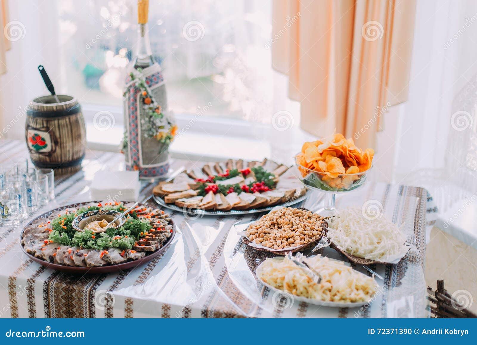不同的鲜美快餐表,服务在传统东部斯拉夫的rurral样式,与明亮的窗口的特写镜头在背景