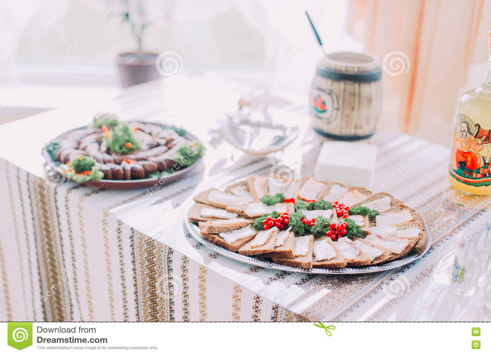 不同的鲜美快餐表,服务在传统东部斯拉夫的rurral样式,特写镜头有被弄脏的背景