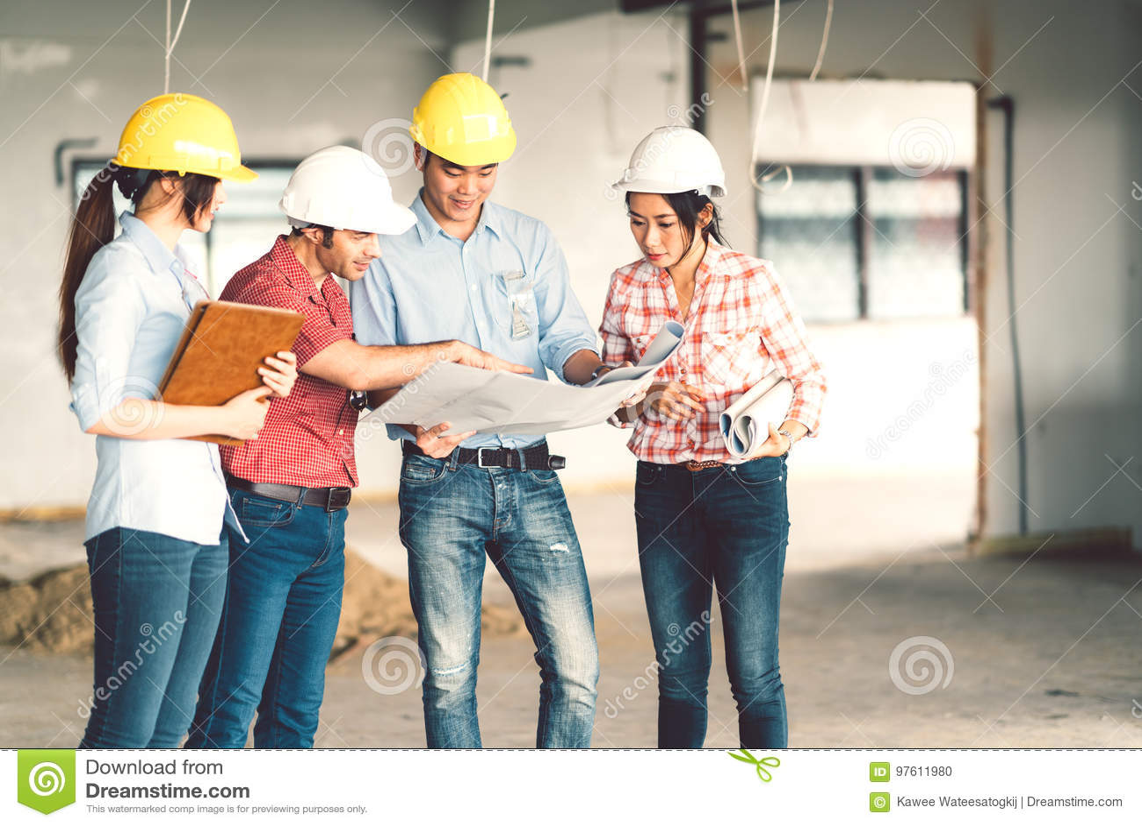 不同种族的不同的小组工程师或商务伙伴建造场所的,在大厦` s图纸
