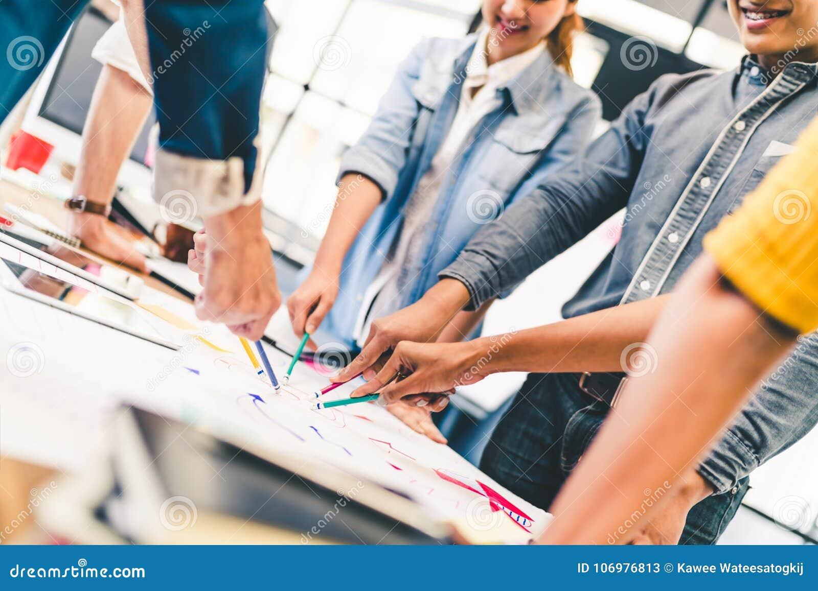 不同种族的不同的队、商务伙伴或者大学生在项目会议在现代办公室或大学