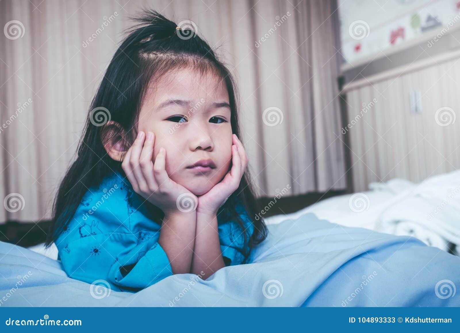 不快乐的在医院录取的病症亚裔孩子 葡萄酒口气