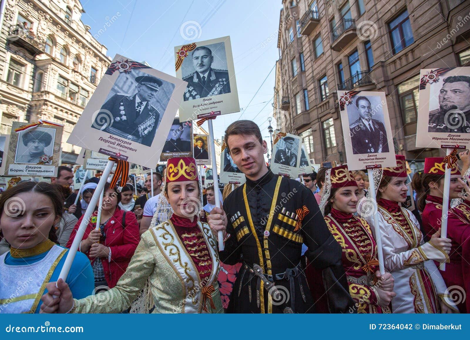 不朽的军团-公开行动的参加者,在期间参加者运载他们的亲戚画象参与