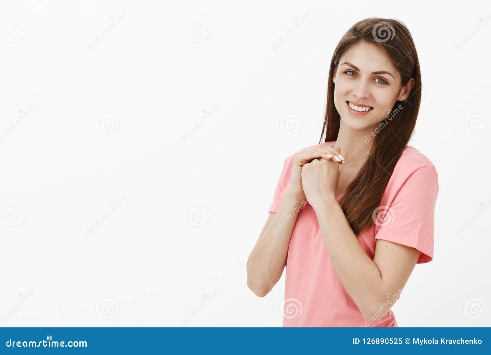不能等待开始战斗为我的梦想 愉快的无忧无虑和轻松的漂亮的女人画象桃红色T恤杉的