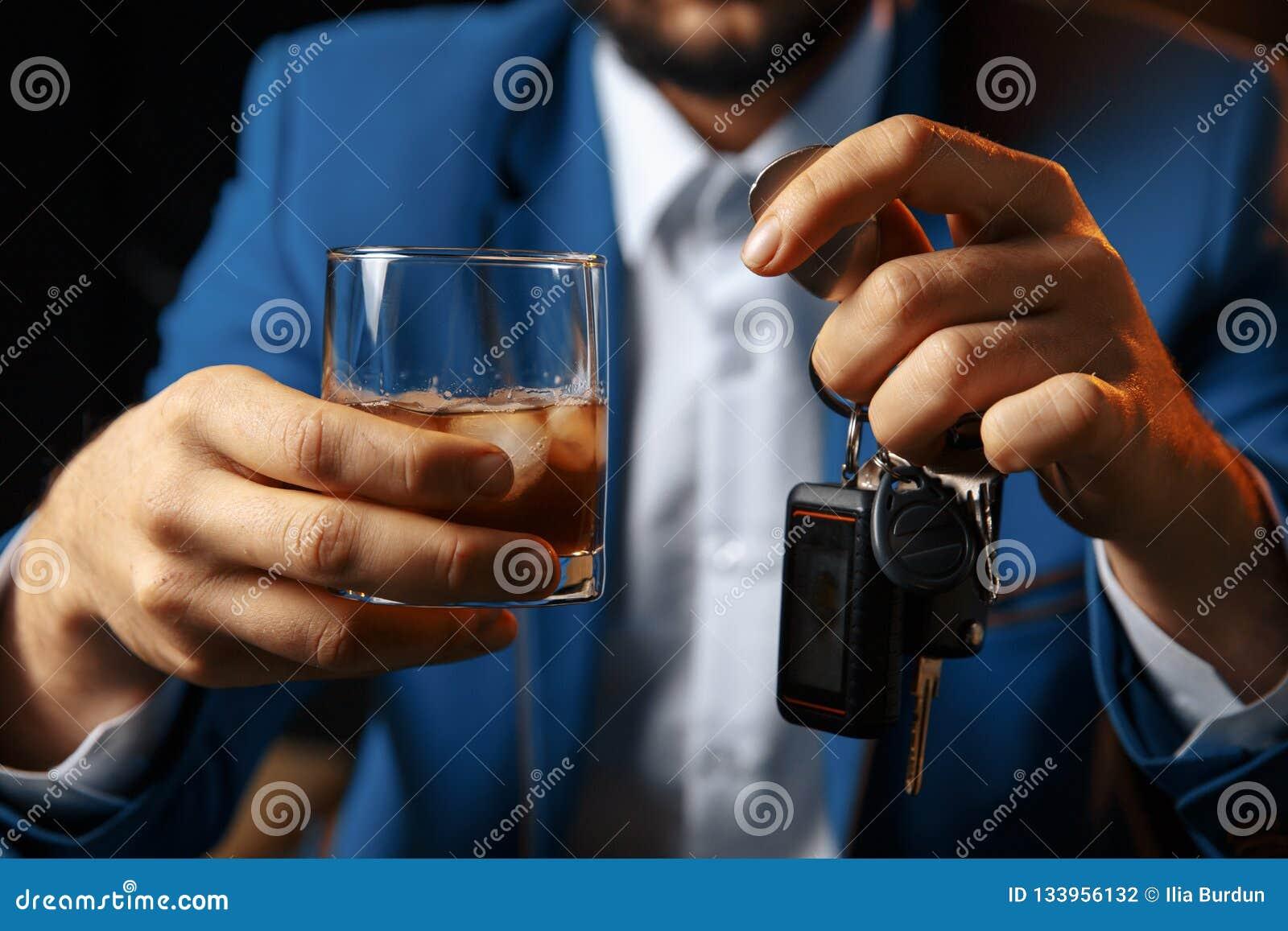 不要喝并且不要驾驶醉酒的人谈的汽车的播种的图象