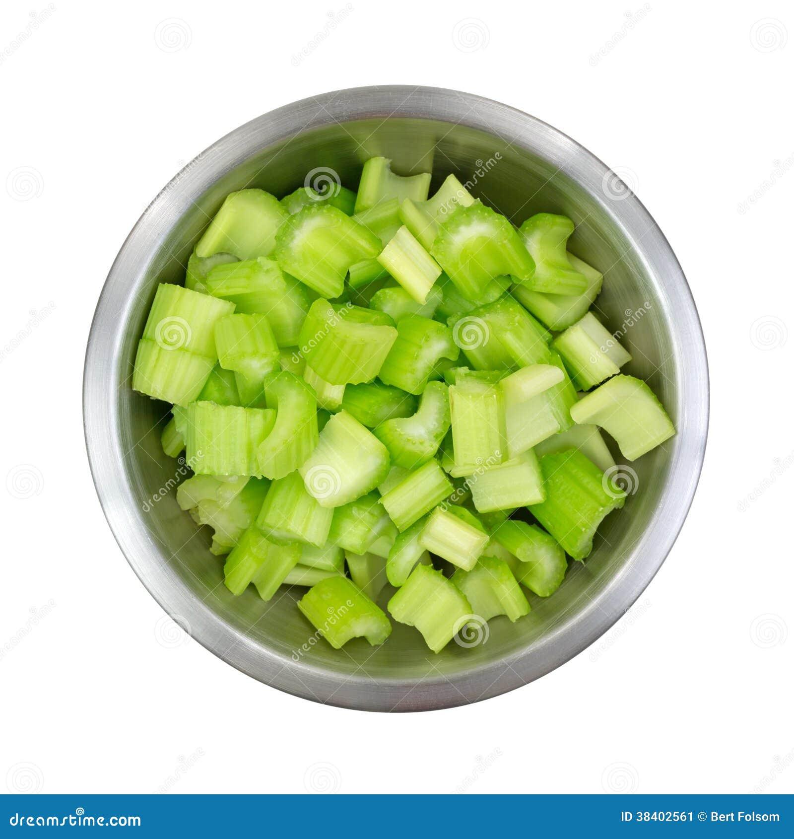 不锈钢碗充满切好的芹菜