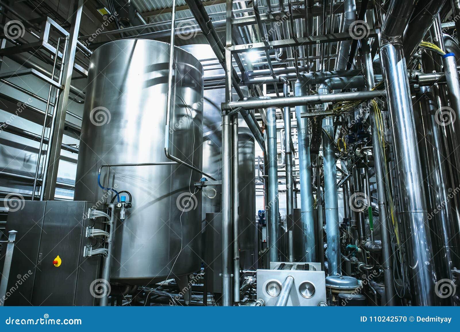 不锈钢酿造设备:大水库或坦克和管子在现代啤酒工厂 啤酒厂生产