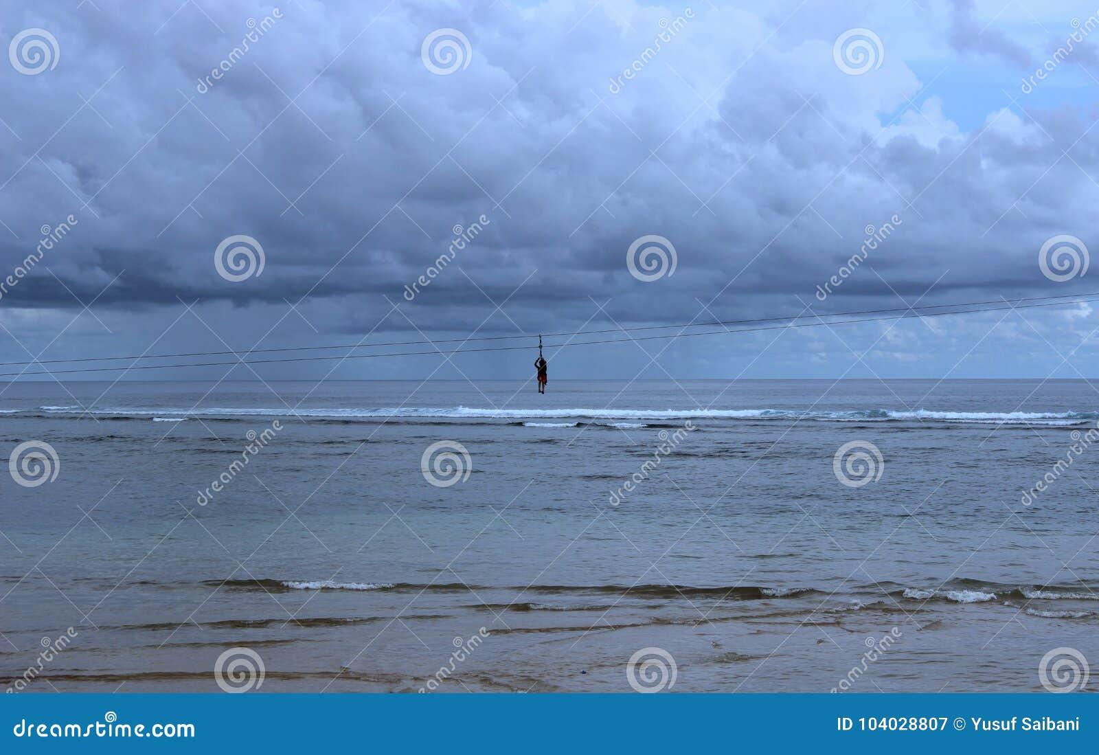 与一个人剪影的多云海滩