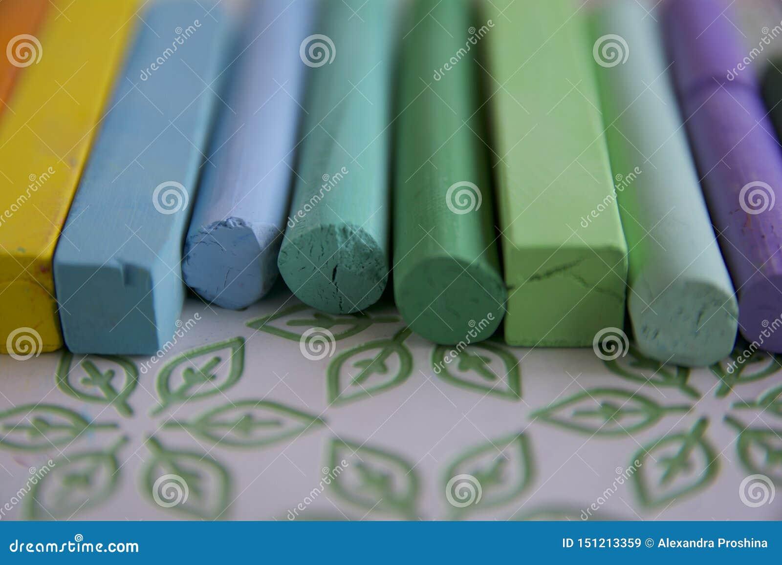 与一个小组的照片艺术性的柔和的淡色彩棍子与柔和的淡色彩绿色树荫优势的  r