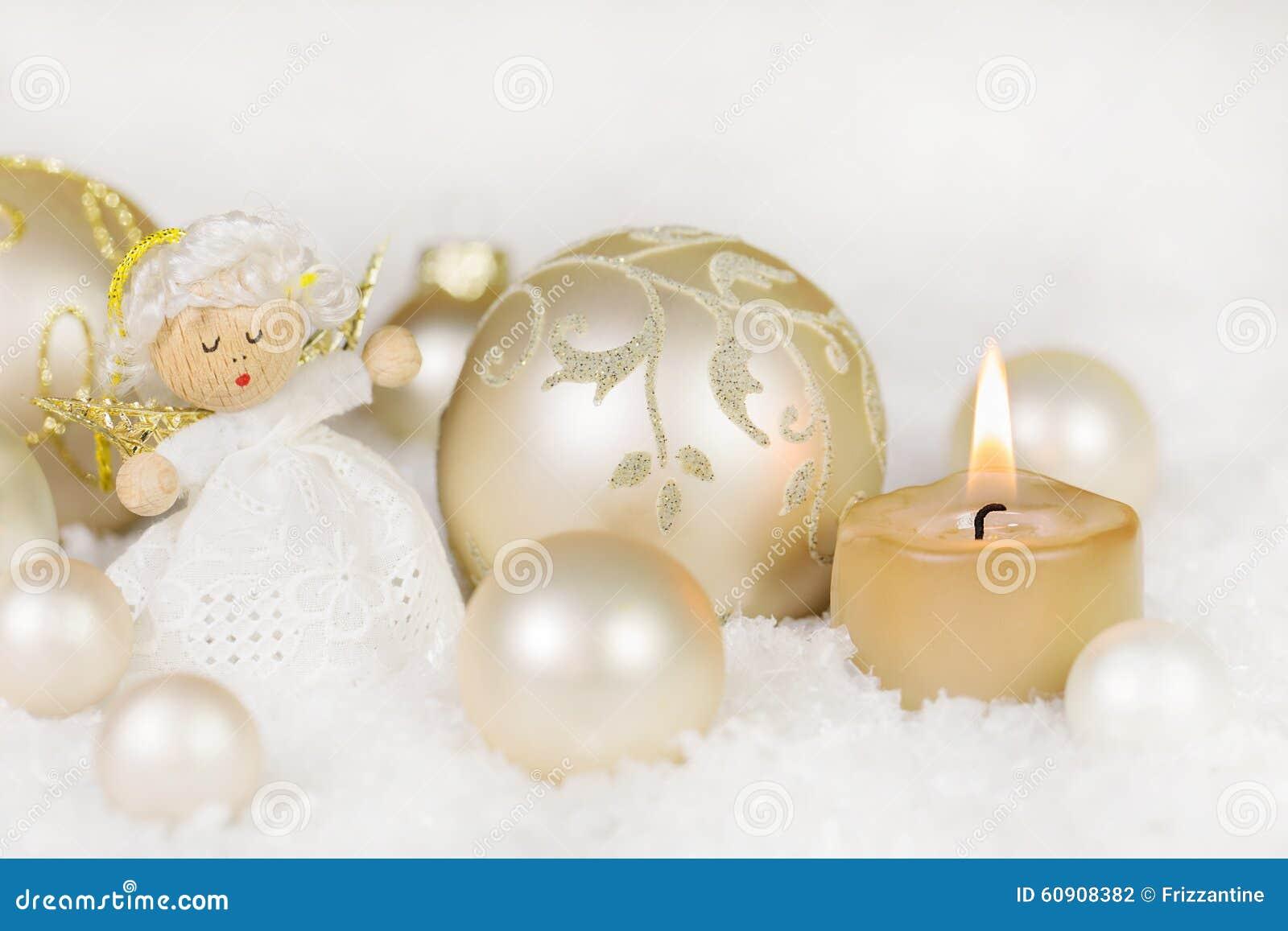 与一个灼烧的蜡烛,天使,球的圣诞节装饰参加