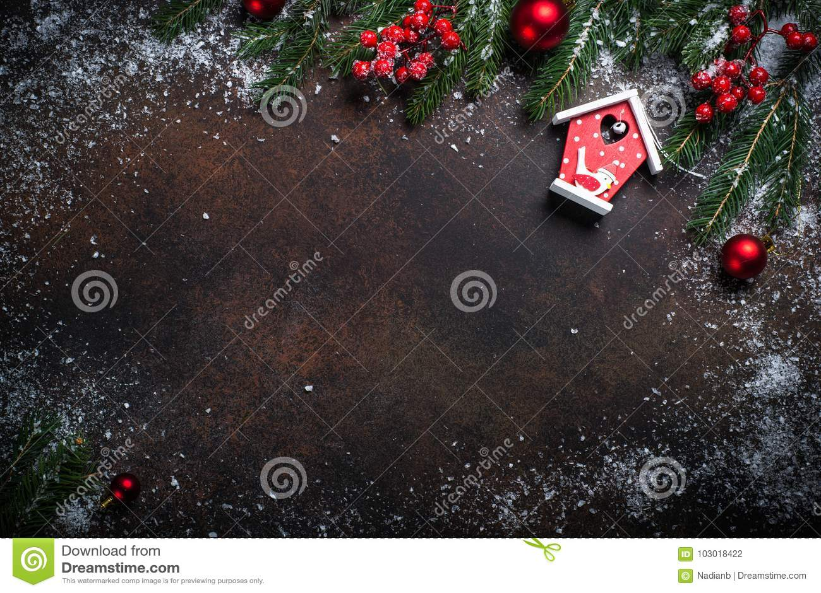 与一个红色鸟房子的圣诞节背景