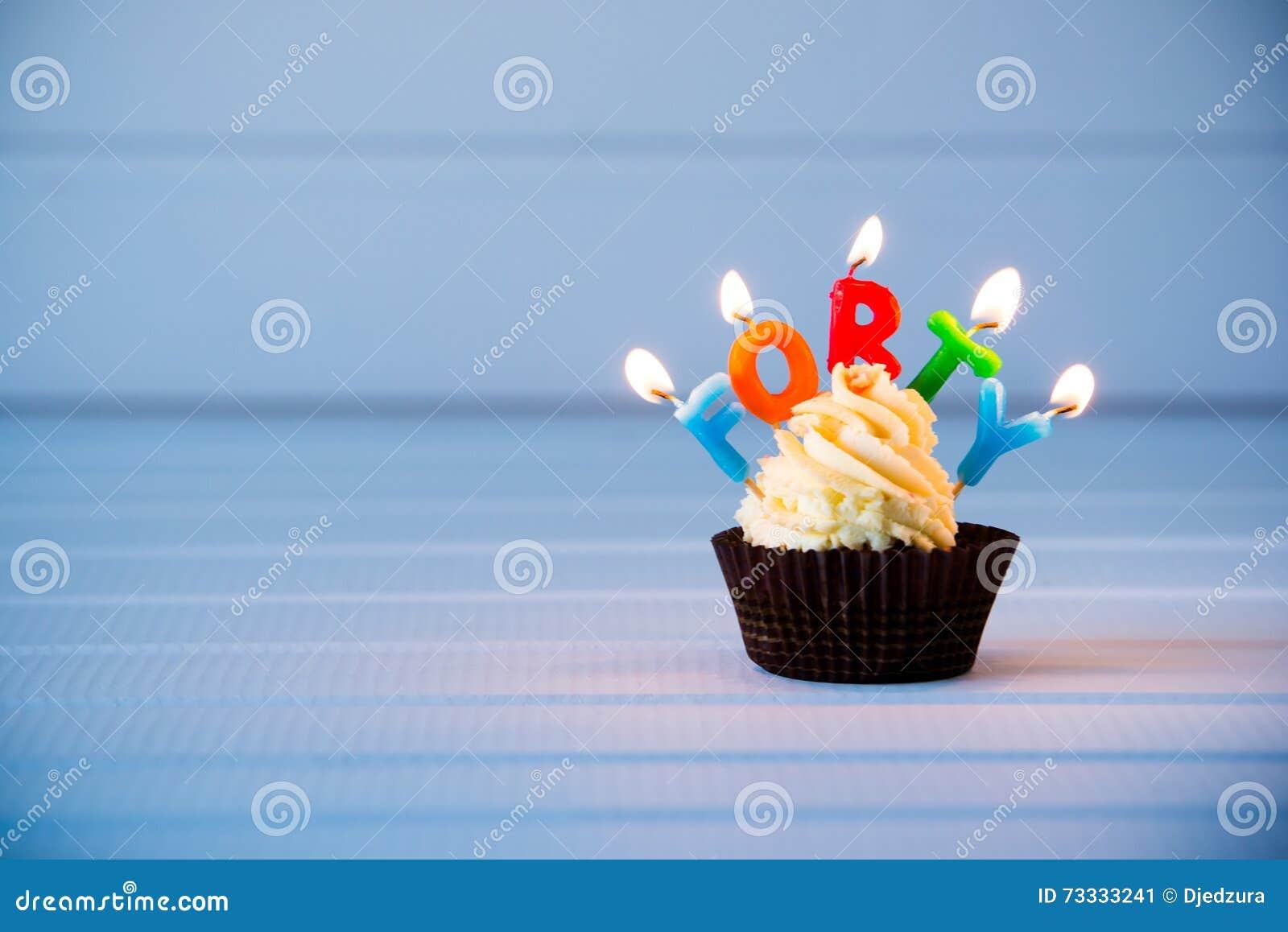 与一个蜡烛的杯形蛋糕40的-第四十个生日