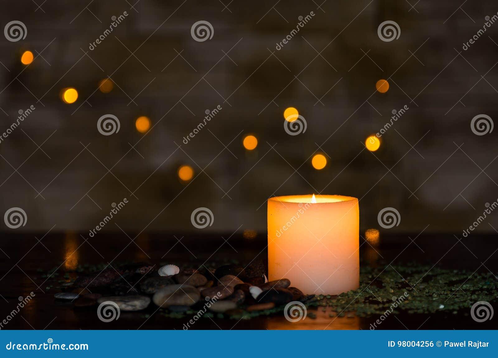 与一好的模糊的轻的bokeh的喜怒无常的烛光 为温泉完善