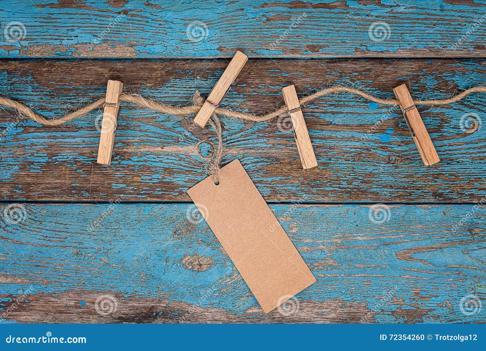 与一条绳索的晒衣夹在蓝色木板