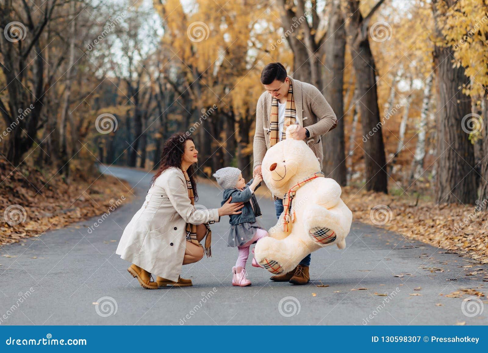 与一点女儿的年轻家庭秋天公园路当前双的