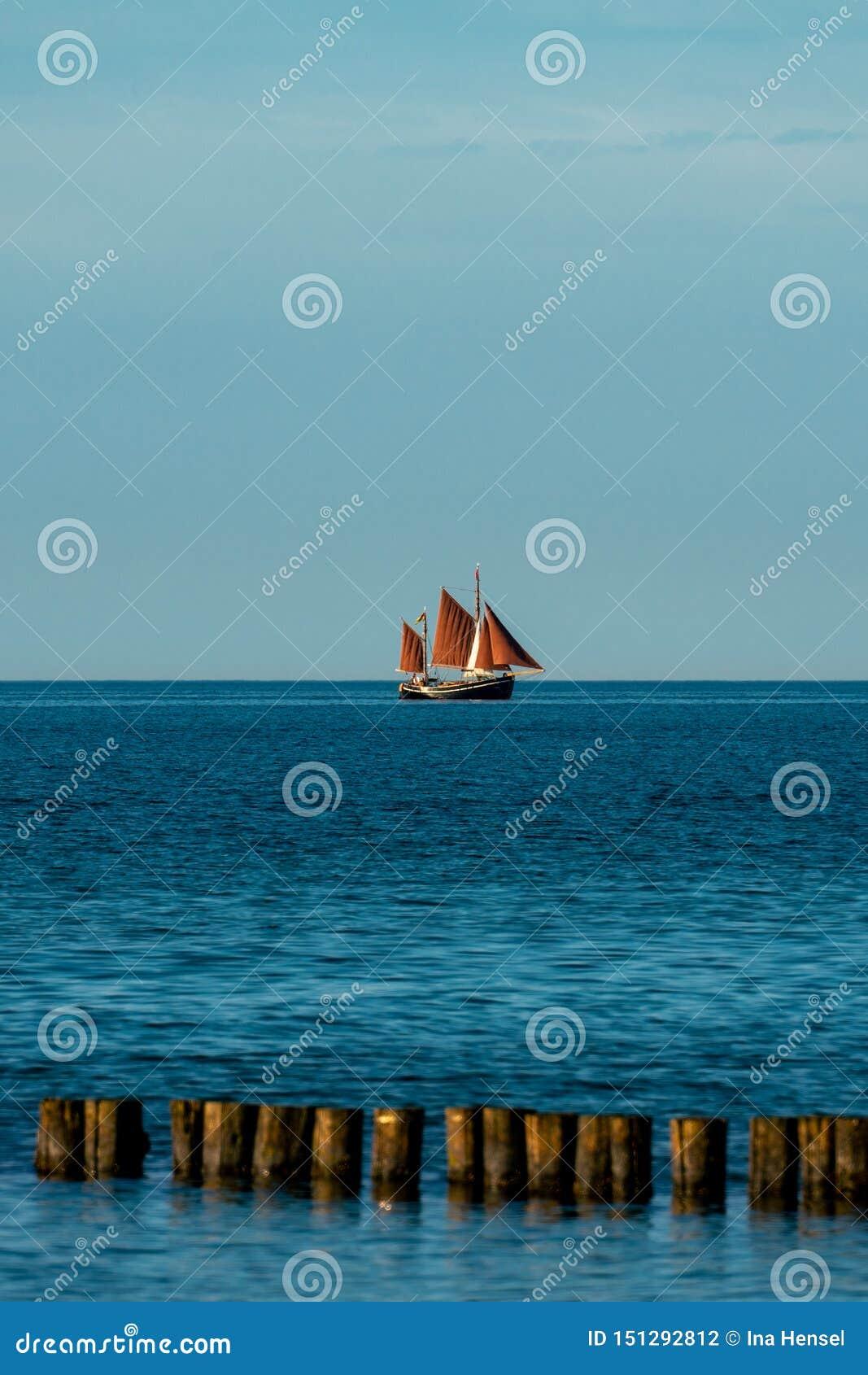 与一艘帆船的风景海洋图片有棕色风帆的