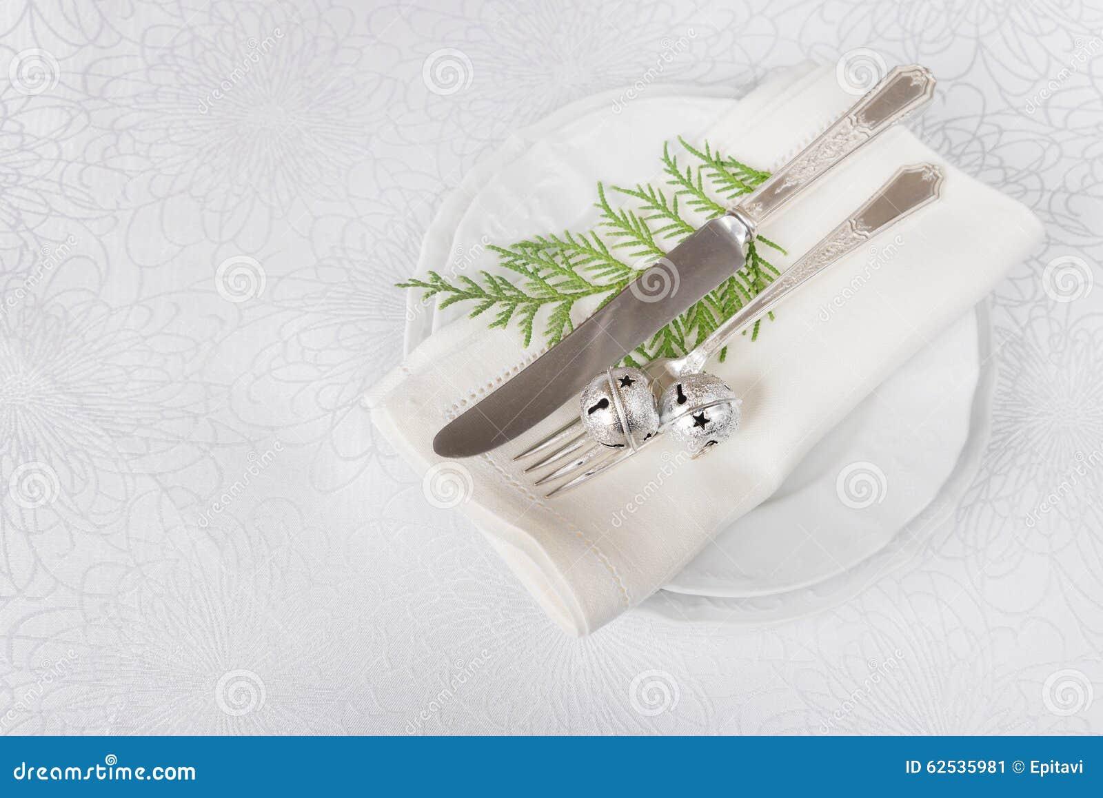 与丁当和绿色枝杈的圣诞节桌