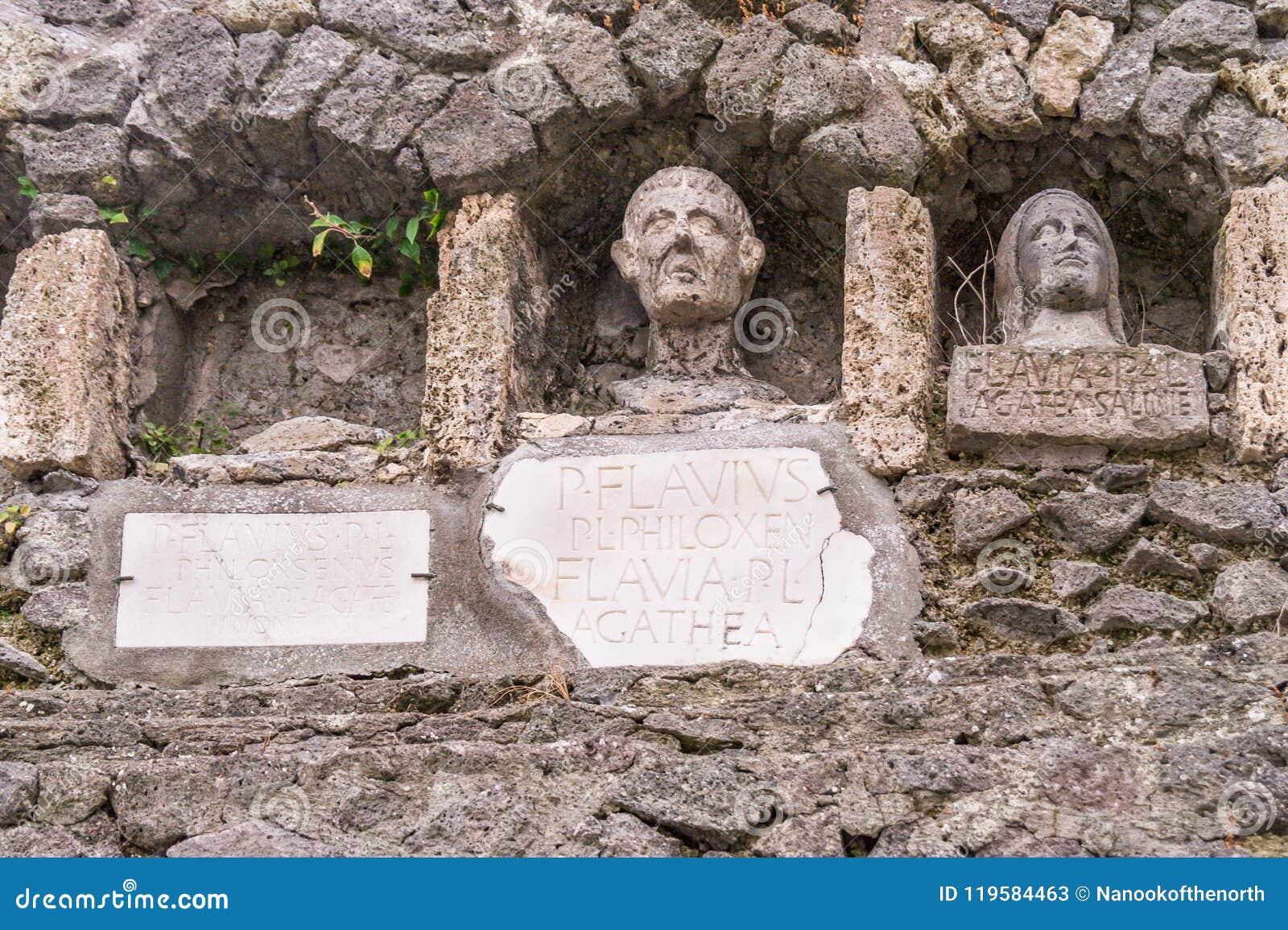 与三个葬礼适当位置的坟茔在庞贝城,意大利