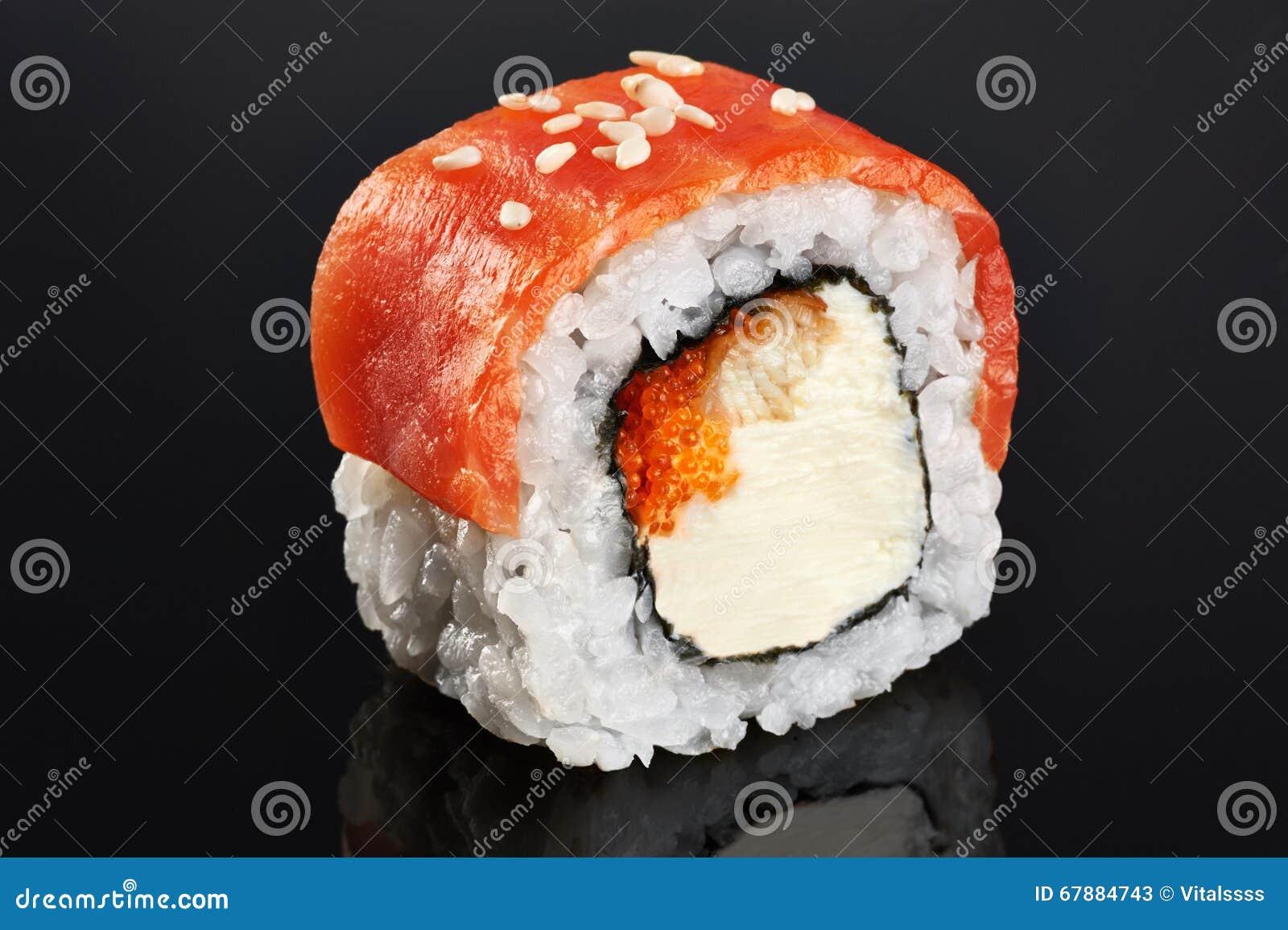 与三文鱼、鳗鱼、鱼子酱和费城乳酪的寿司卷