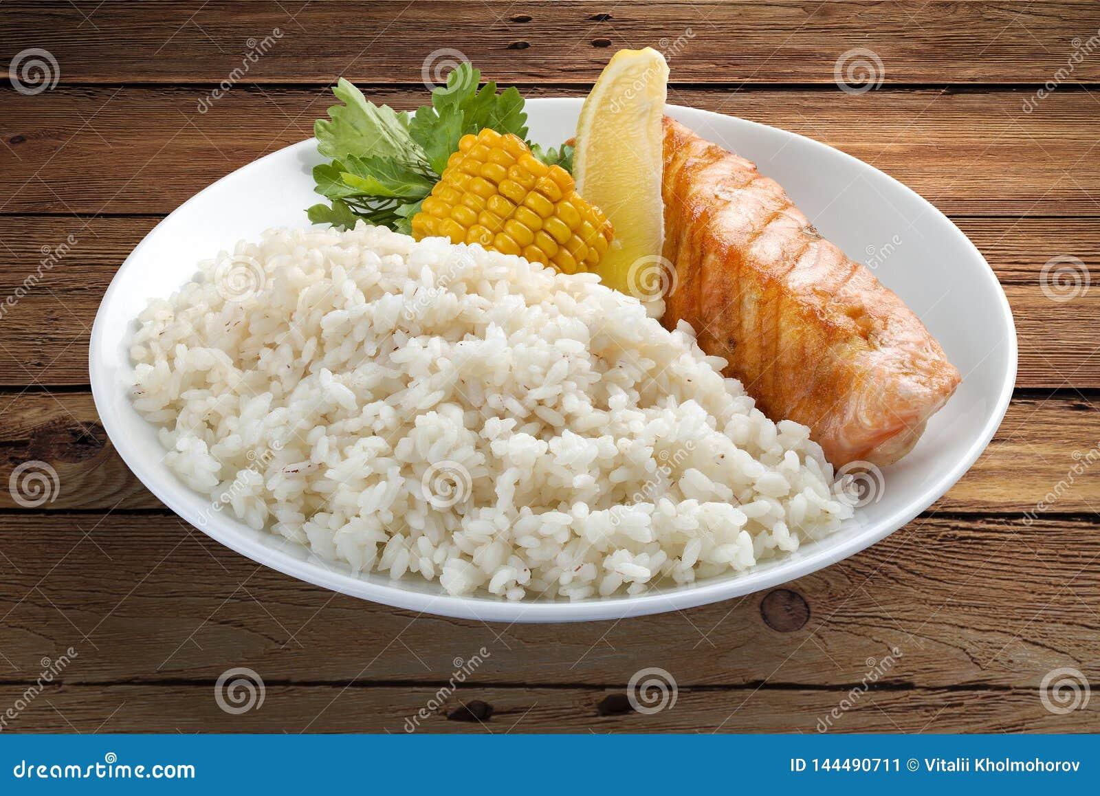 与三文鱼和菜的米粥