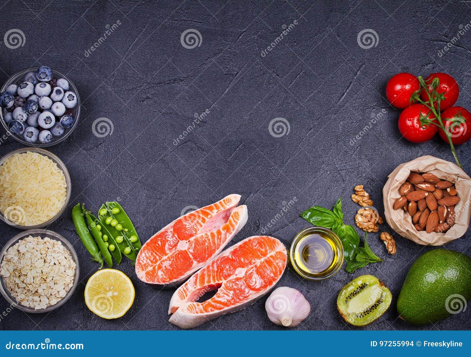 与三文鱼鱼、蔬菜、水果和成份的戒毒所健康食物概念烹调的