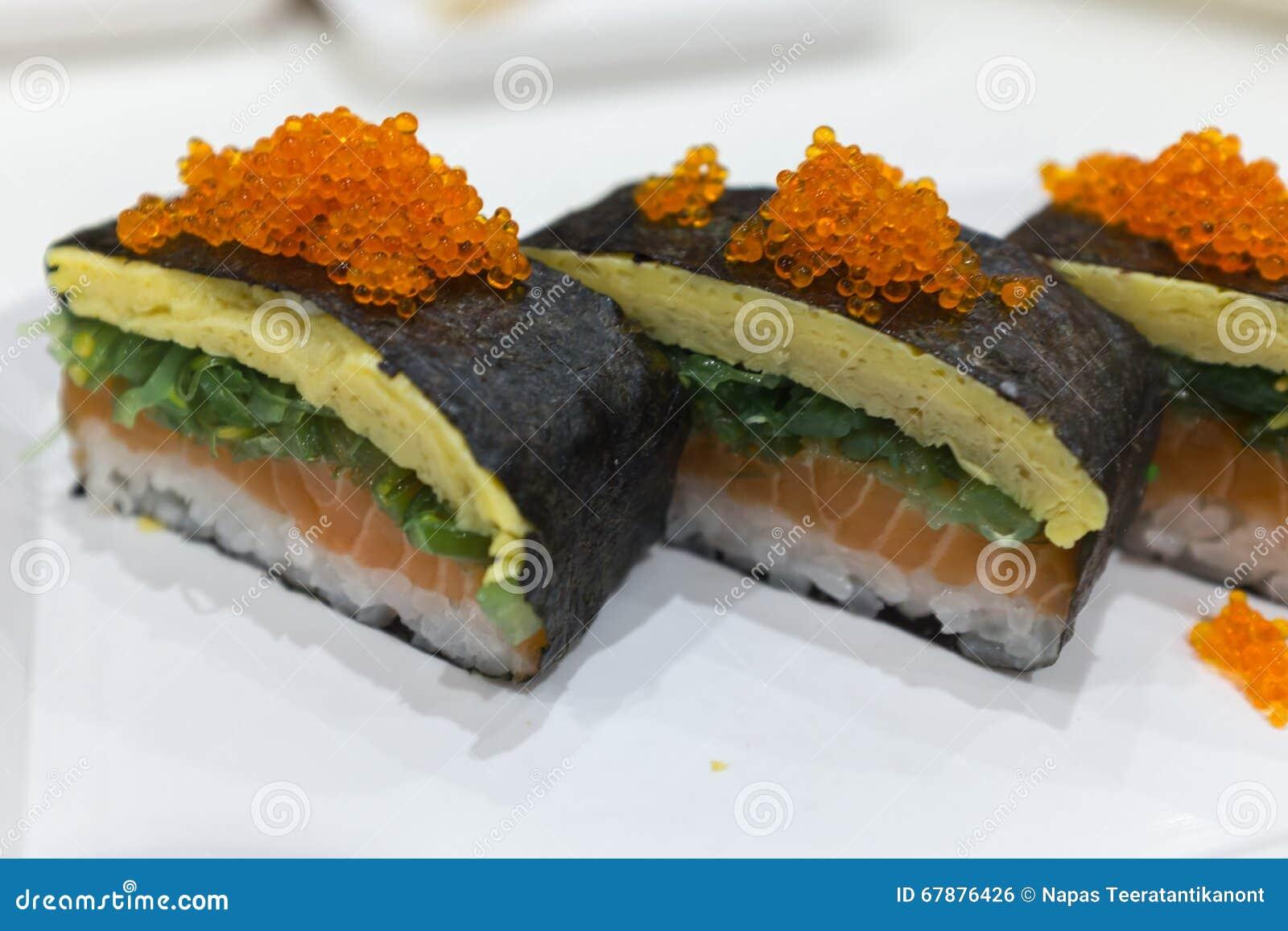 与三文鱼tamago和tobiko的日本maki