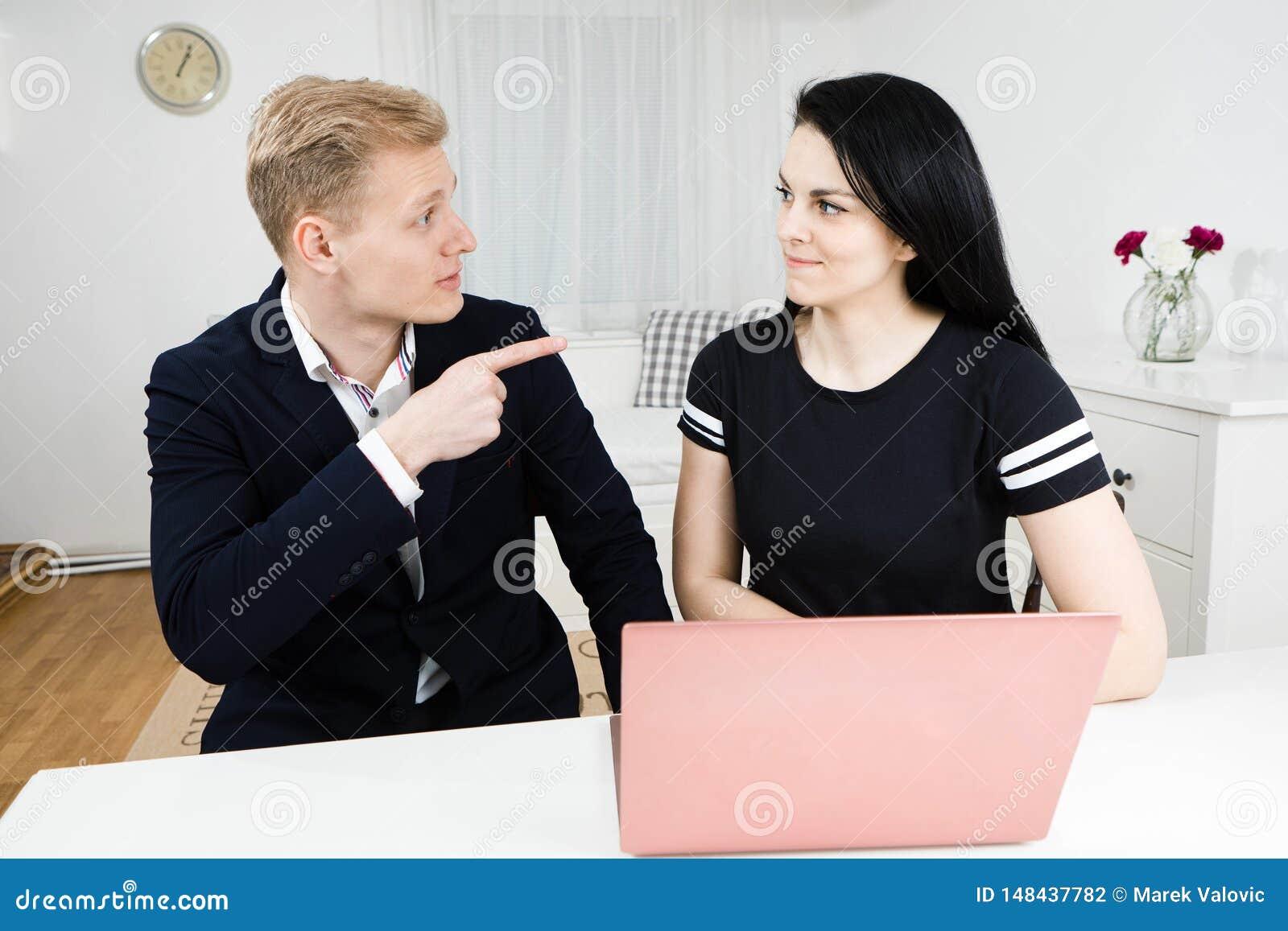 与下级,工作与黑发妇女的白肤金发的人的优胜者工作