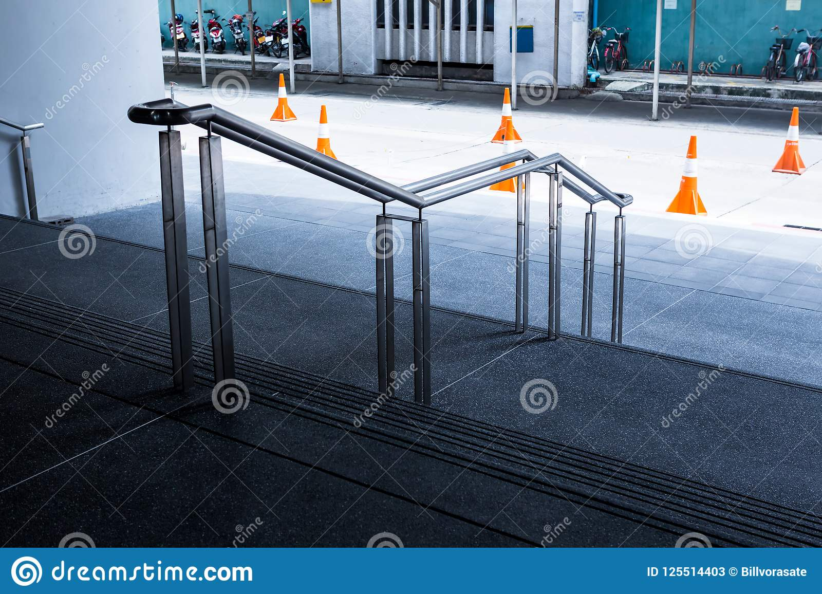 与不锈钢扶手栏杆的花岗岩步