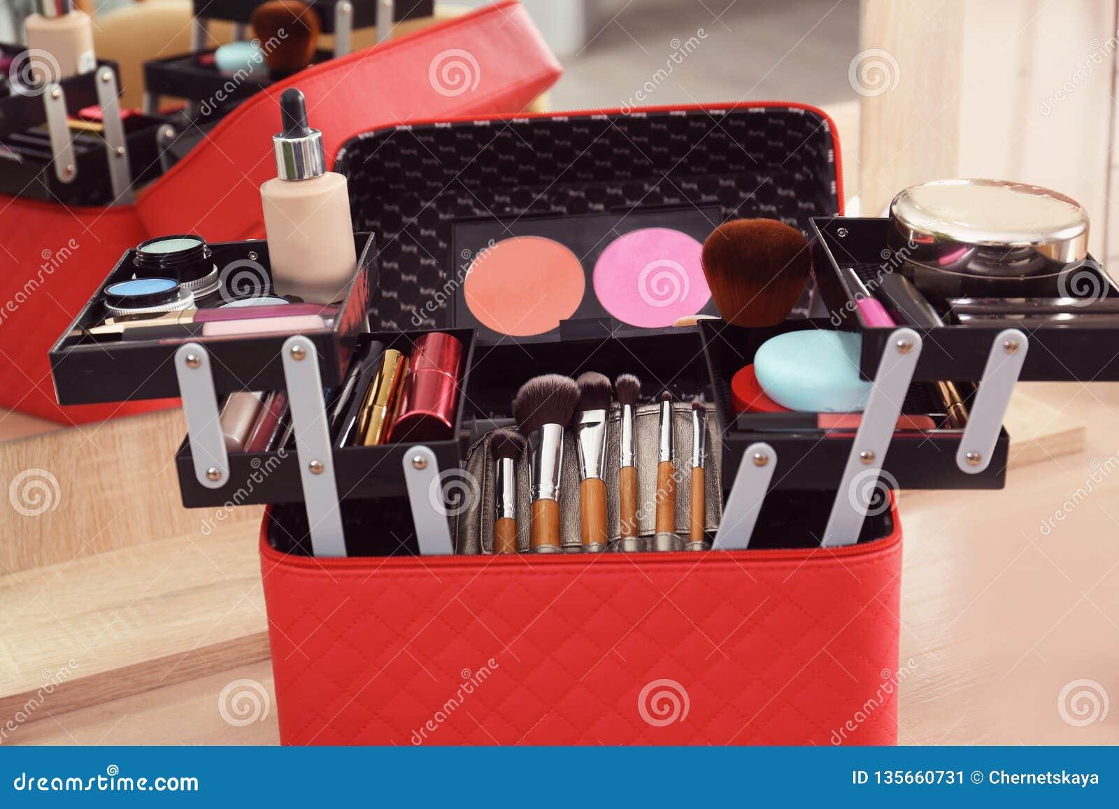 与专业构成产品和工具的美容师事例在木桌上