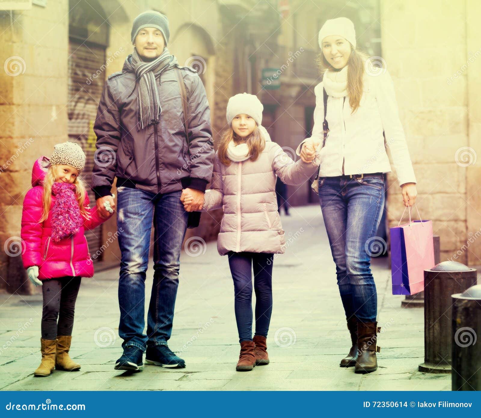 与两儿童摆在的家庭