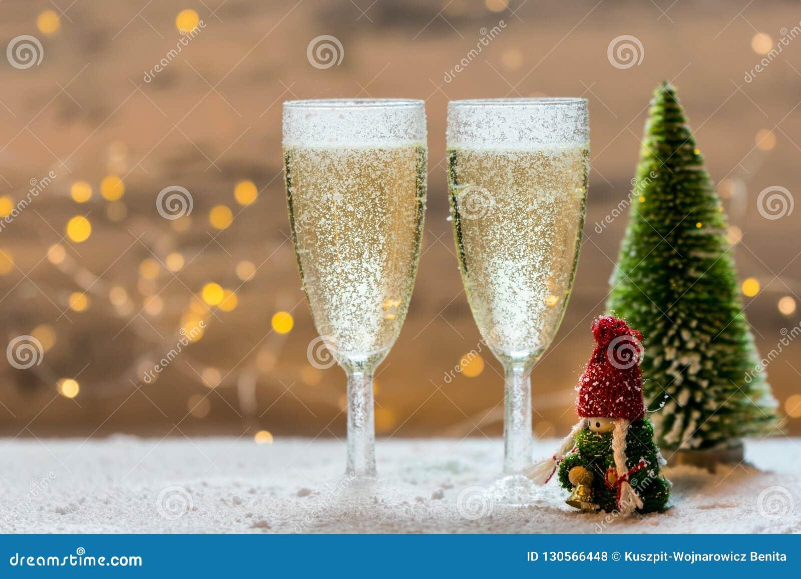 与两杯的浪漫,白色和金黄冬天背景香槟