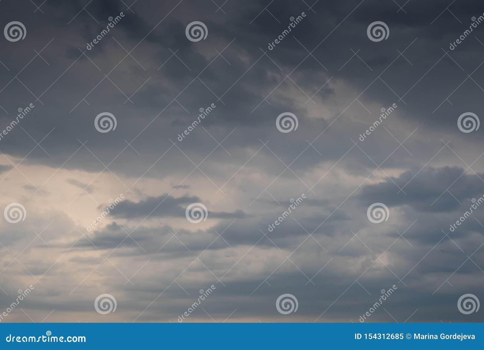 与乌云形成的美丽的剧烈的天空