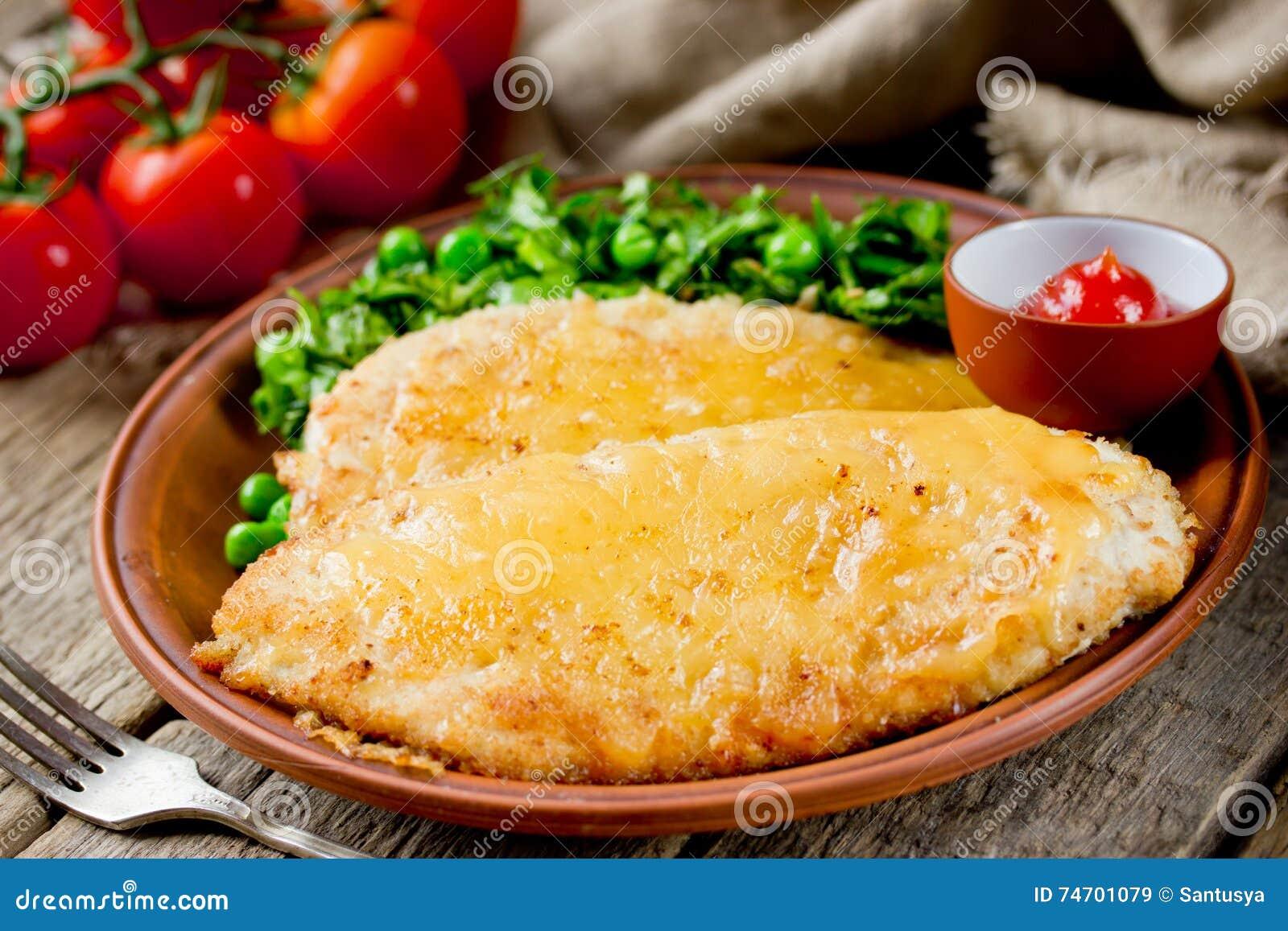 与乳酪外壳的鸡炸肉排晚餐的