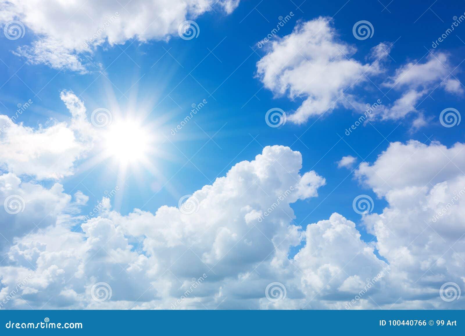 与云彩和太阳反射的蓝天 太阳发光明亮