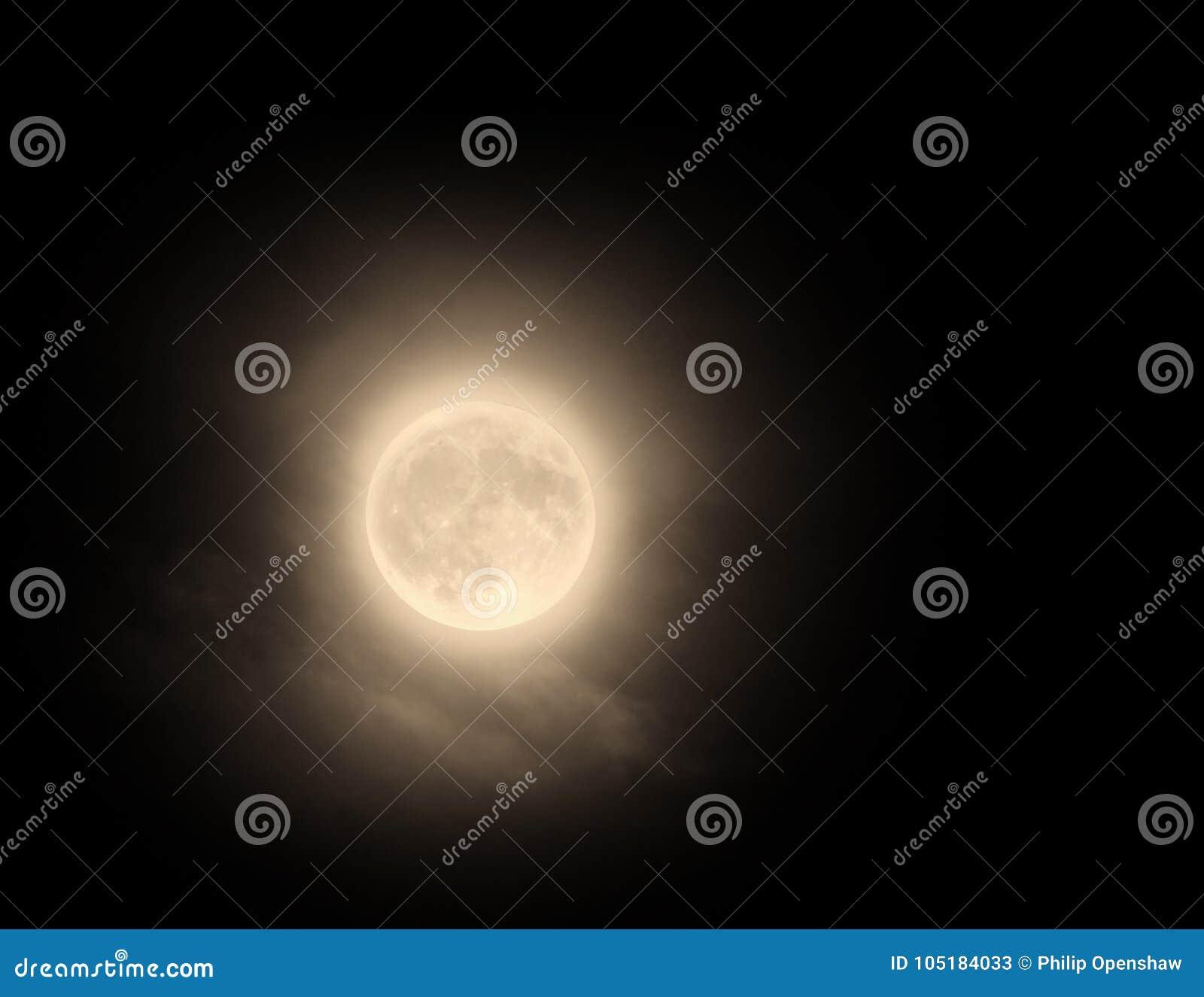 与云彩弄脏的光的发光的橙色11月满月