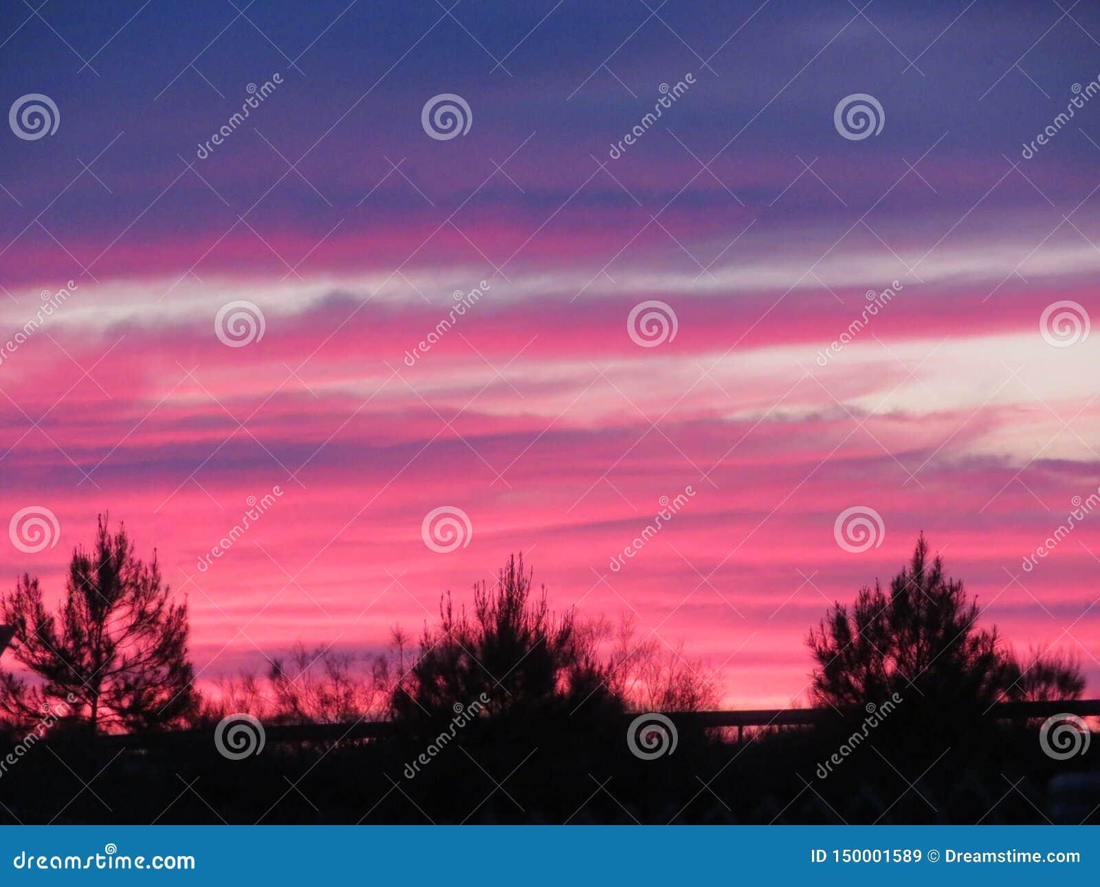 与云彩的一种难以置信的颜色的美好的日落