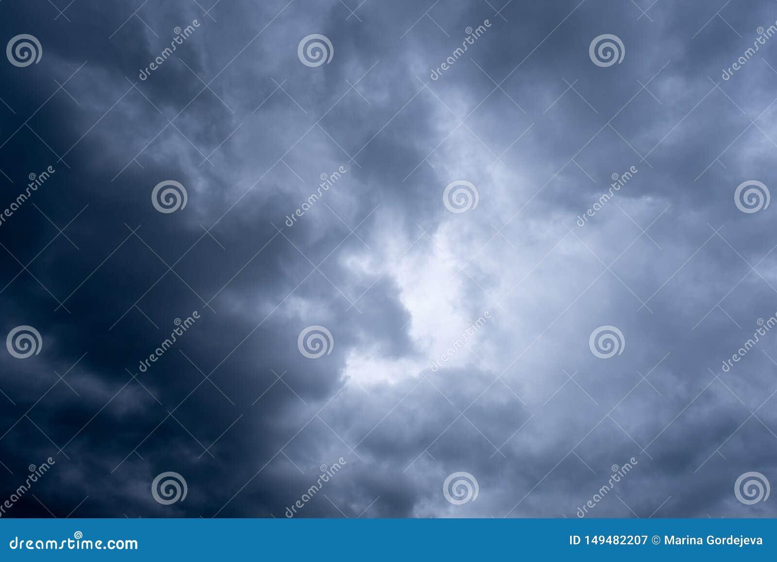 与云彩的剧烈的天空,风雨如磐的天空