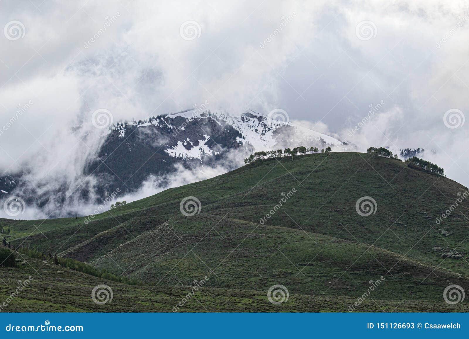 与云彩的山风景
