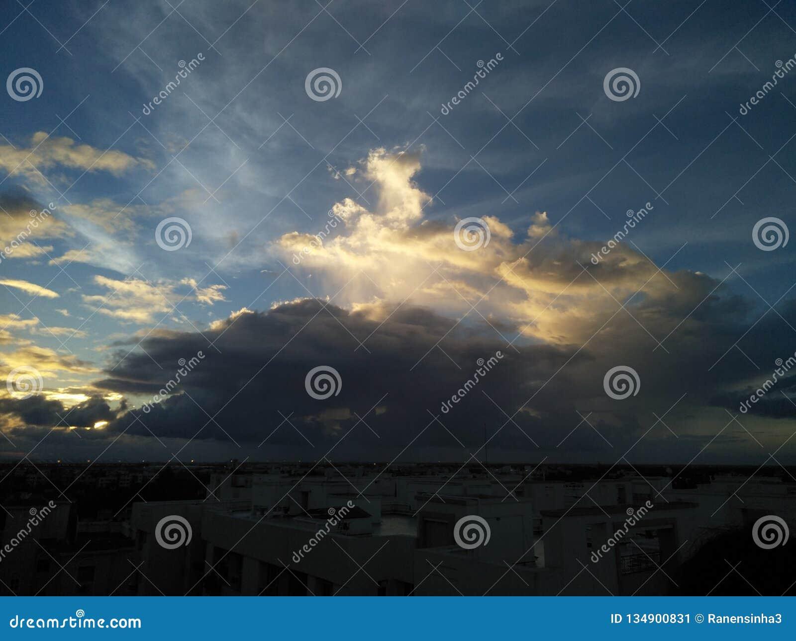 与云彩的日落天空在城市