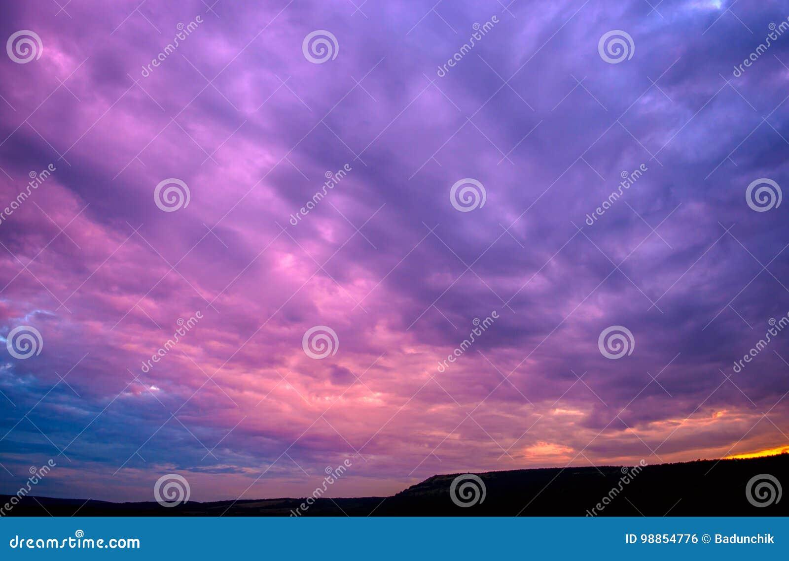 与云彩的紫罗兰色日落