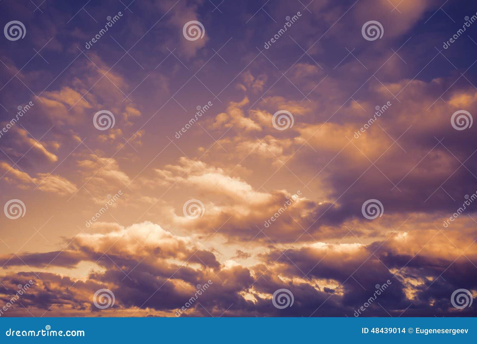 与云彩的黑暗的喜怒无常的风雨如磐的天空,抽象背景