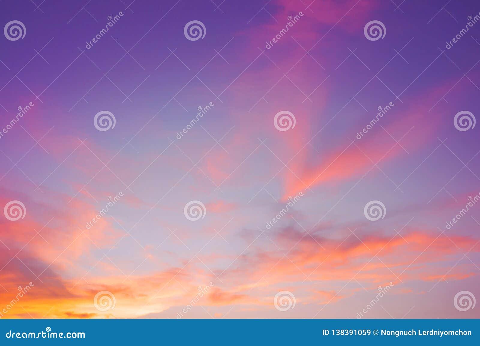 与云彩紫色,桃红色,紫外和橙色日落天空背景的天空 美丽自然天空摘要或背景 S