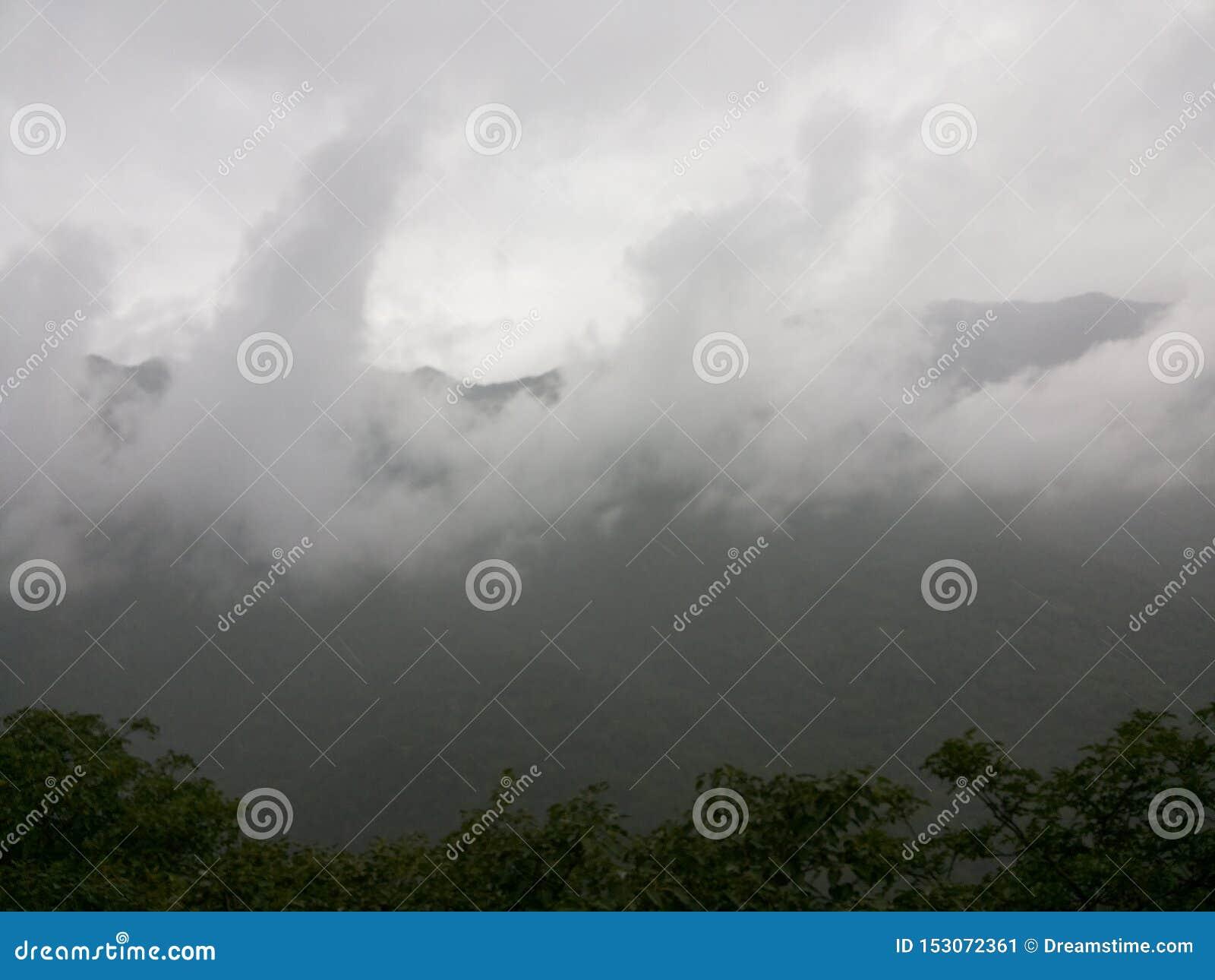 与云彩,沙漠拉贾斯坦超级自然美人的印度拉贾斯坦莫乌恩特阿布沙漠凉快的地方山