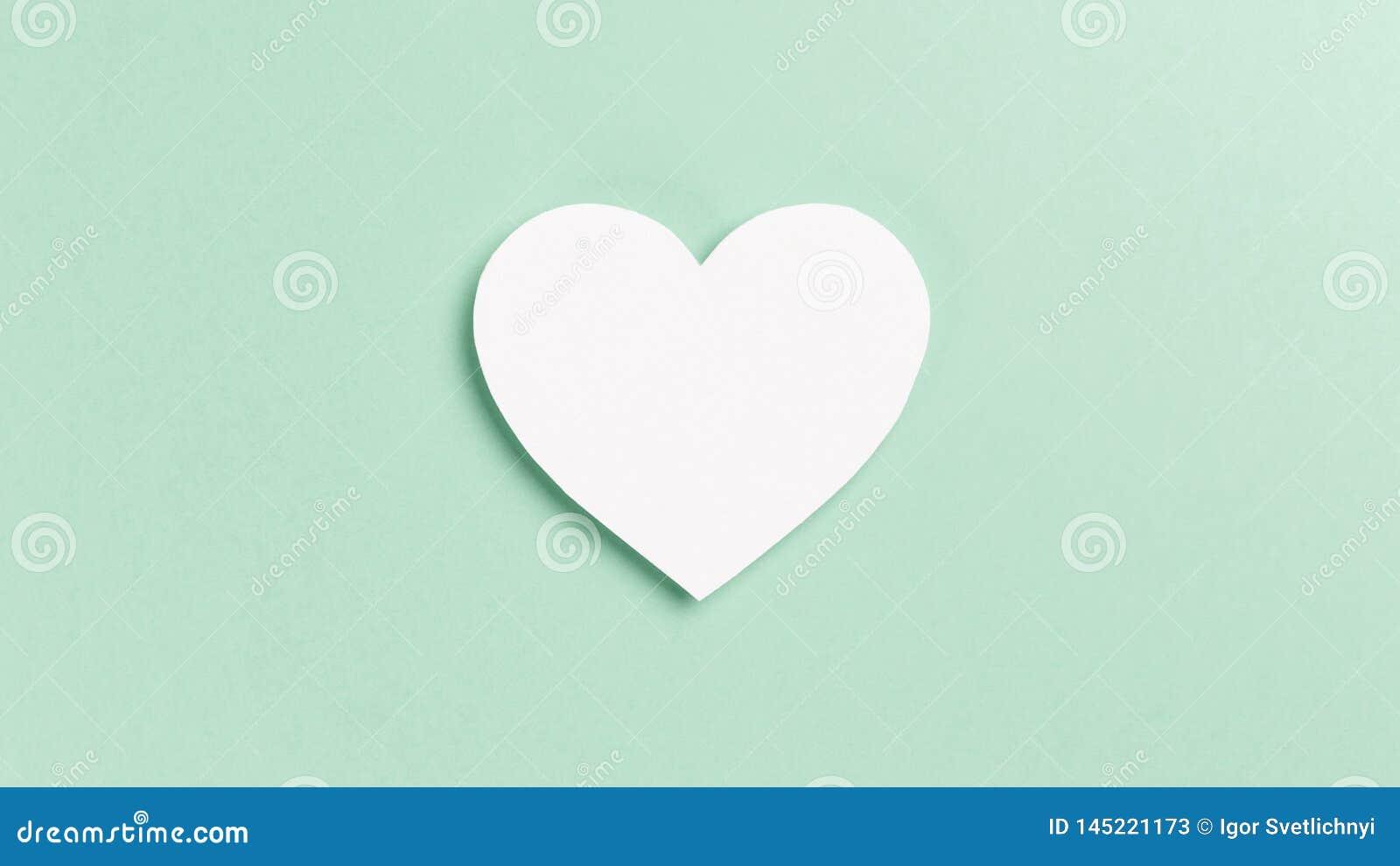 与五彩纸屑的心脏在薄荷的背景